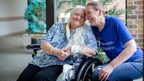 Сестры Бев Боро и Дорис Криппен в медицинском центре штата Небраска в США