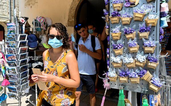 Туристы в сувенирном магазине в Стоне, Хорватия