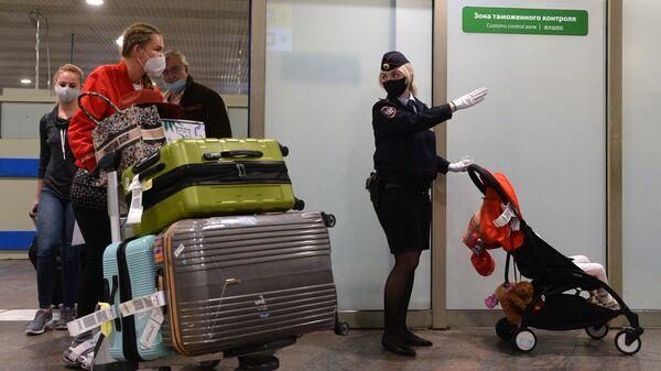 Пассажиры, прибывшие рейсом Аэрофлота из Нью-Йорка, выходят из зоны таможенного контроля в терминале F Международного аэропорта Шереметьево имени А. С. Пушкина