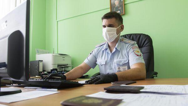 Сотрудник отделения по экзаменационной работе ГИБДД в Москве