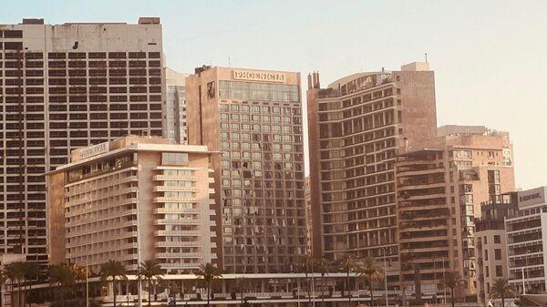 Здание с выбитыми окнами в Бейруте после взрыва в районе порта