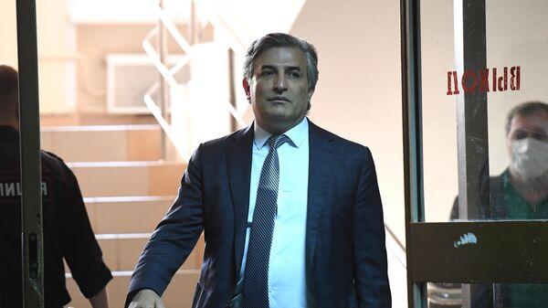 Адвокат Эльман Пашаев в здании Пресненского суда Москвы