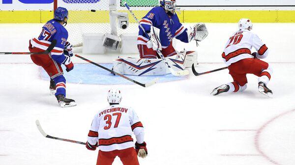 Андрей Свечников в матче с Нью-Йорк Рейнджерс.