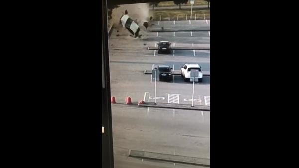 В Екатеринбурге такси трижды перевернулось в воздухе и попало на видео