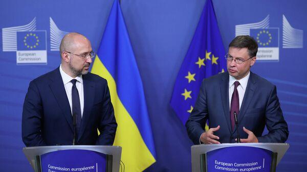 Премьер-министр Украины Денис Шмыгаль и  вице-президент Европейской комиссии Валдис Домбровскис после подписания соглашения о выделении Украине макрофинансовой помощи. 23 июля 2020