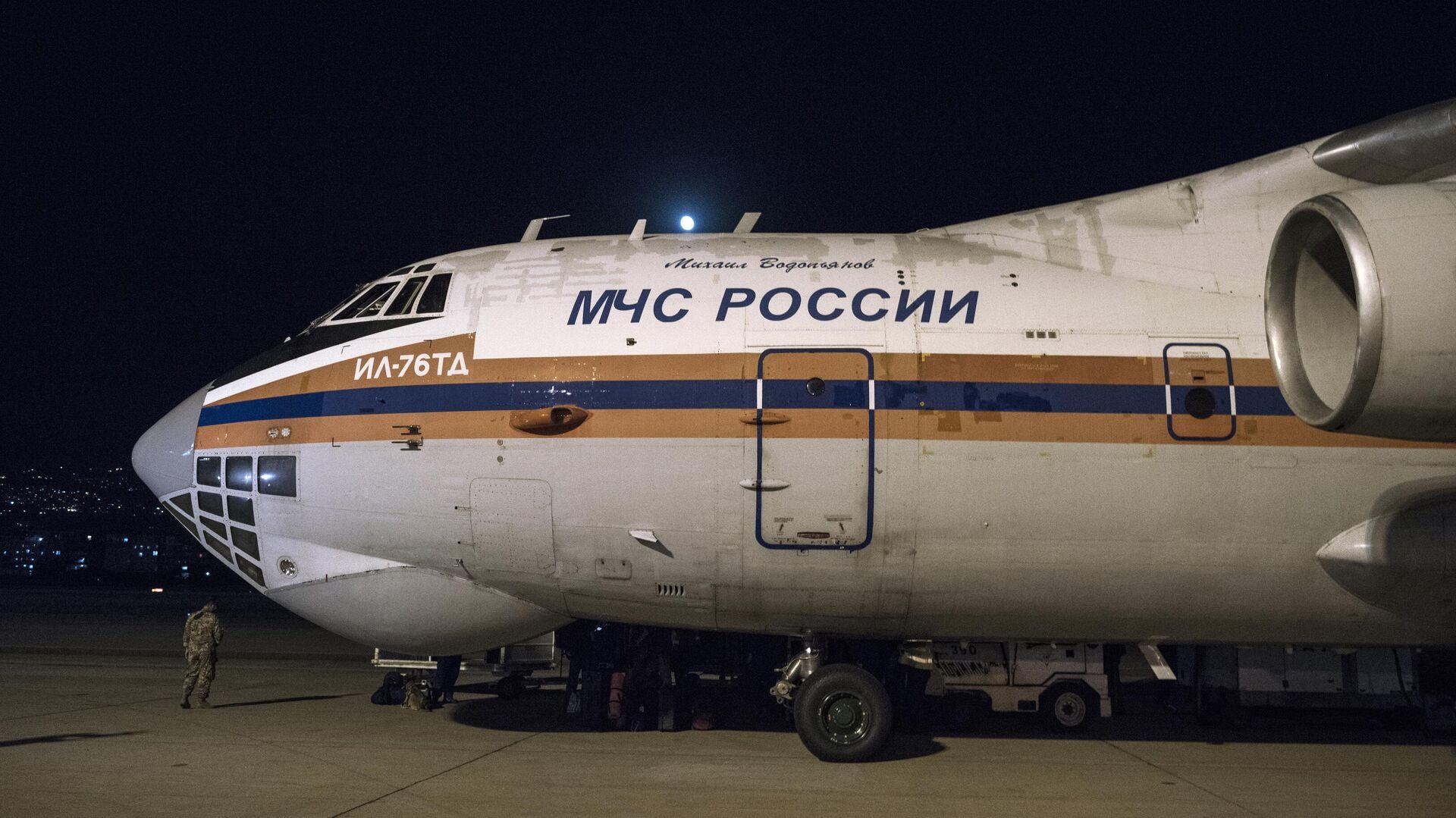 Самолет ИЛ-76ТД МЧС РФ с российской помощью в аэропорту Бейрута - РИА Новости, 1920, 06.12.2020