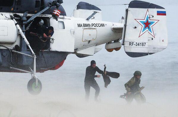 Морские пехотинцы Балтийского флота высаживаются с вертолета Ка-27 ПС на необорудованное побережье условного противника во время военных учений