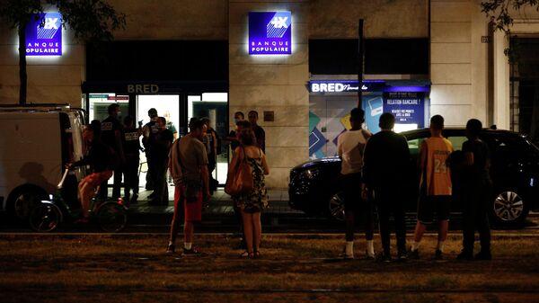 Толпа возле банка во французском городе Гавр, где был обезврежен мужчина захвативший заложников