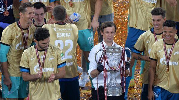 Главный тренер Зенита Сергей Семак (в центре) на церемонии награждения победителей Кубка России по футболу сезона 2019/2020.