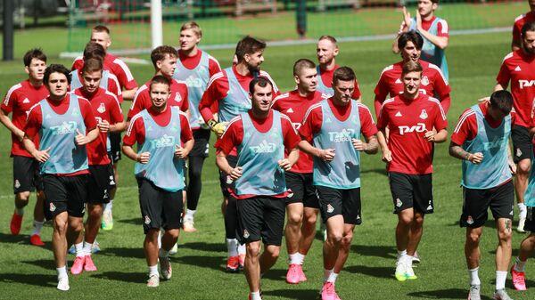 Игроки футбольного клуба Локомотив на встрече со своими болельщиками на стадионе РЖД Арена в Москве.