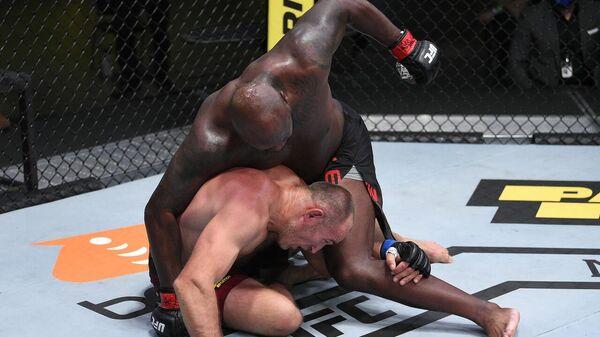 Под шквалом ударов: Льюис нокаутировал Олейника и установил рекорд UFC