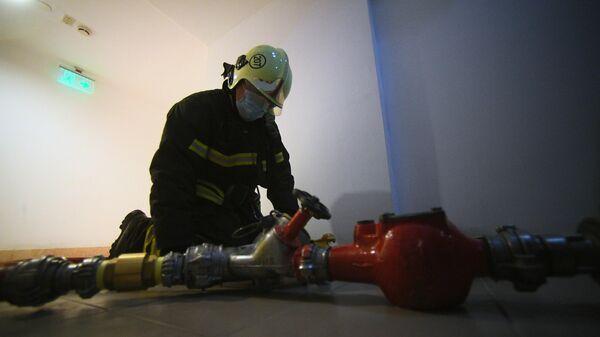 Сотрудник МЧС России во время пожарно-тактических учений