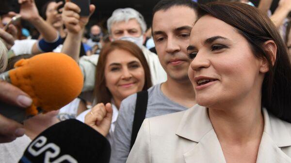 Кандидат в президенты Белоруссии Светлана Тихановская возле избирательного участка в Минске