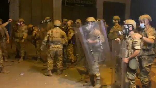 Бейрут: армия разгоняет толпу протестующих у парламента