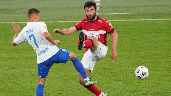 Игрок Сочи Дмитрий Полоз (слева) и игрок Спартака Георгий Джикия