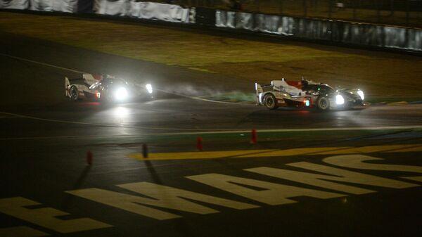 Автомобили во время гонки 24 часа Ле-Мана