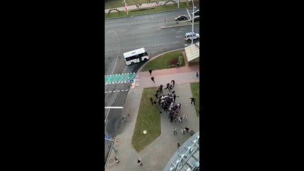 Жесткий разгон людей, стоявших в сцепке, в Минске