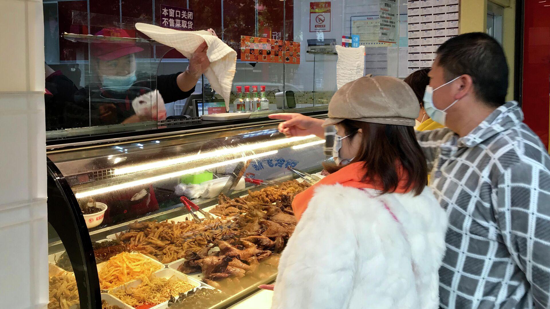 Местные жители покупают еду навынос в Ухани, КНР - РИА Новости, 1920, 22.11.2020