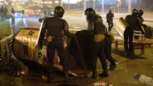 Сотрудники правоохранительных органов во время акции протеста в Минск