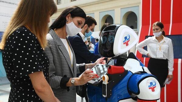 Демонстрация робота на выставке всероссийского форума Здоровье нации — основа процветания России в торгово-выставочном комплексе Гостиный двор в Москве