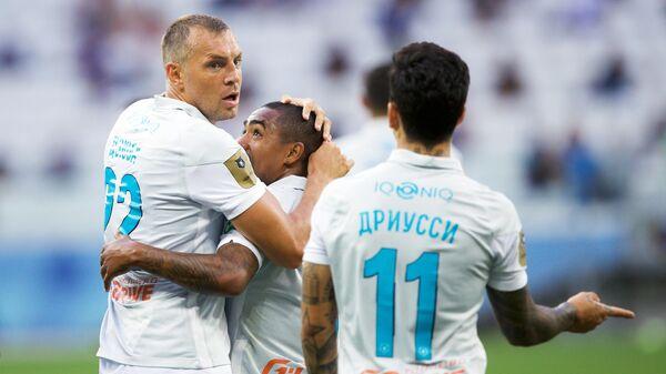 Футболисты Зенит радуются забитому голу