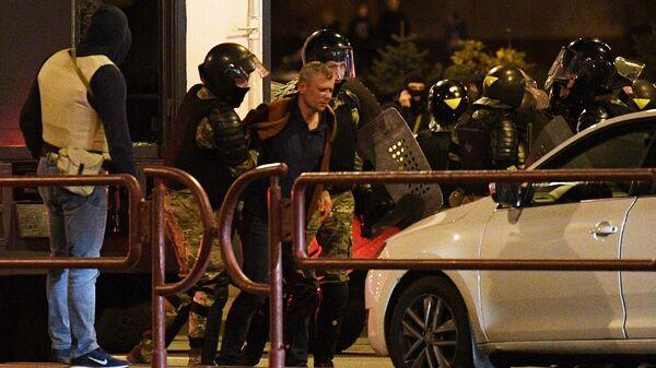 Сотрудники правоохранительных органов задерживают участников акции протеста в Минске