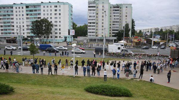 Жители Минска принесли цветы на место гибели участника акции протеста