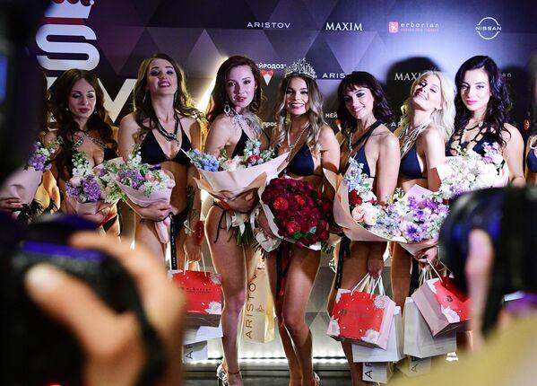 Победительница конкурса красоты и сексуальности Miss MAXIM - 2020 Октябрина Максимова (Великий Новгород) (в центре) и участницы финала
