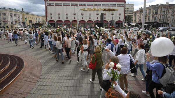 В Минске колонна протестующих вышла ко Дворцу республики