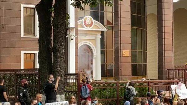 Кадры горящего файера, брошенного в белорусское посольство в Киеве