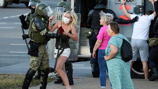 Сотрудники правоохранительных органов во время задержания участника акции протеста в Минске