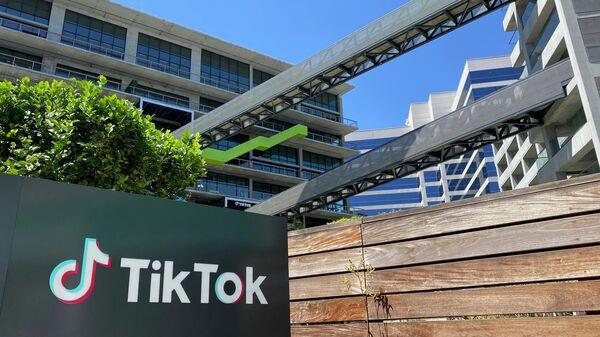 Логотип китайского видеоприложения TikTok на здании офиса компании в Калвер-Сити на западе Лос-Анджелеса