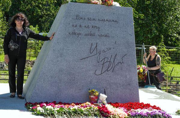 Женщина у памятника лидеру группы Кино Виктору Цою скульптора Матвея Макушкина в Санкт-Петербурге