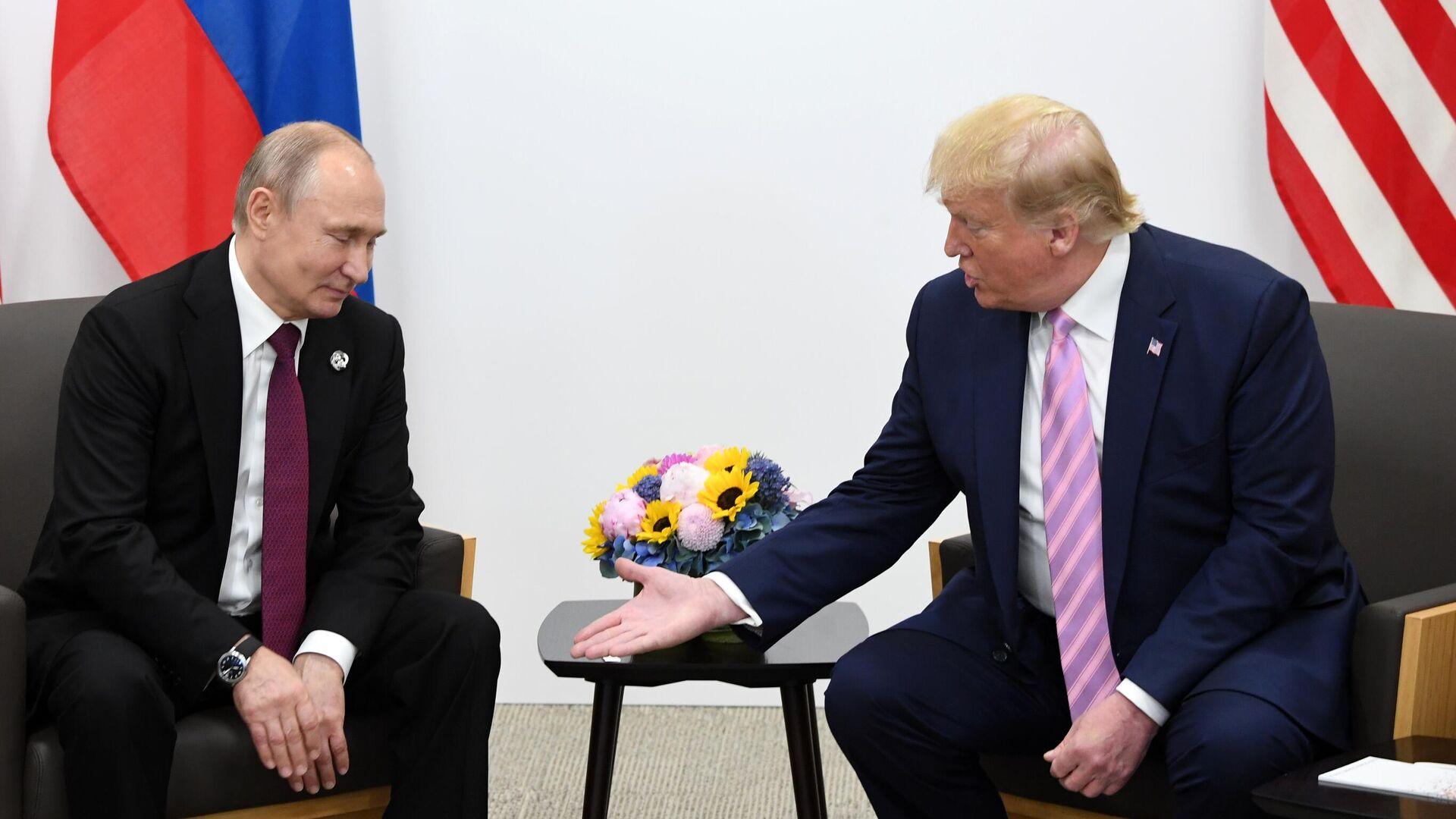 Президент РФ Владимир Путин и президент США Дональд Трамп (справа) во время встречи на полях саммита Группы двадцати в Осаке - РИА Новости, 1920, 18.08.2020