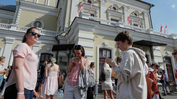 Протестующие возле Купаловского театра в Минске