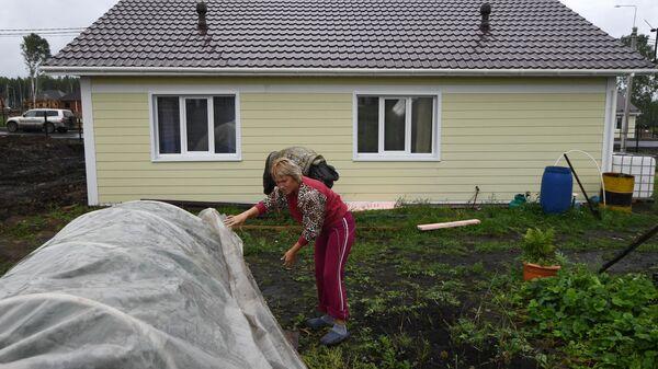 Местная жительница Татьяна Долгих во дворе нового дома в микрорайоне Березовая роща в городе Тулун Иркутской области.