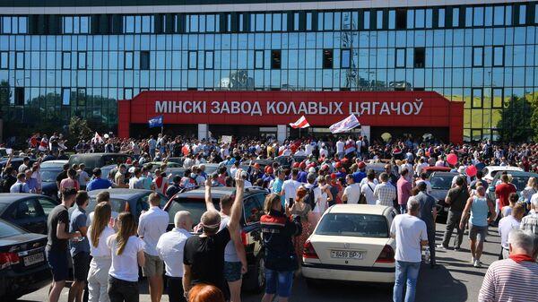 Участники митинга оппозиции возле Минского завода колёсных тягачей