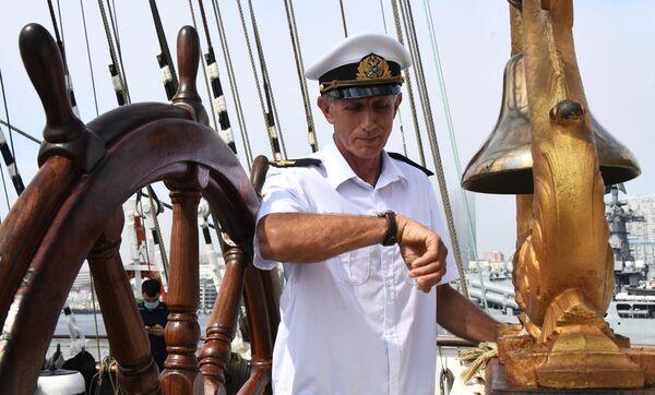 Боцман второго грота Евгений Ященков на палубе парусника Седов. Барк Седов под парусами отправится в экспедицию по Северному морскому пути.