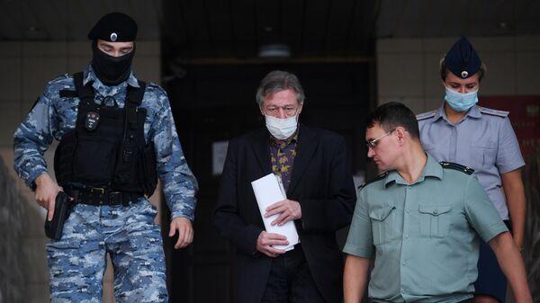 Актер Михаил Ефремов выходит из здания Пресненского суда города Москвы