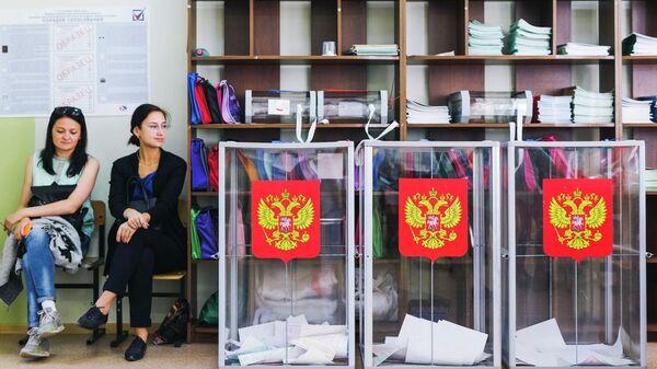Урны в единый день голосования на одном из избирательных участков