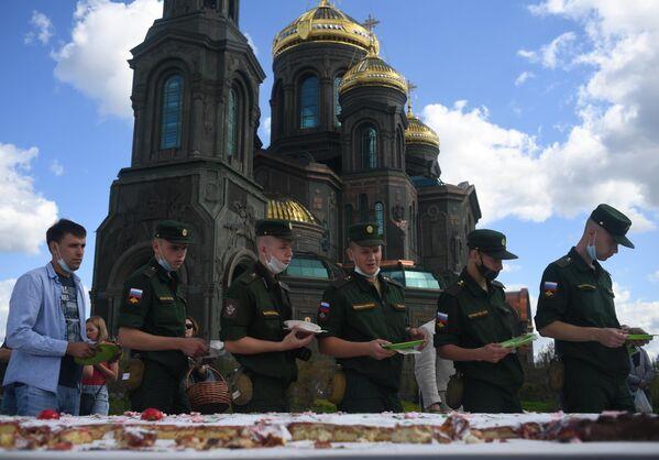 Военнослужащие на православной яблочной ярмарке, приуроченной к празднику Преображения Господня