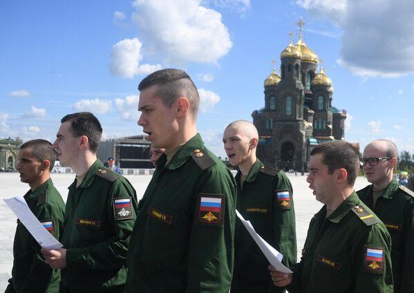 Военнослужащие у Главного храма Вооруженных сил РФ в Московской области во время праздника Преображения Господня