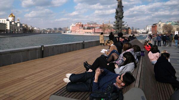Отдыхающие на Крымской набережной в Москве
