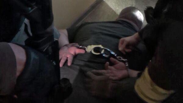Сотрудники ФСБ РФ задерживают мужчину, причастного к контрабанде оружия
