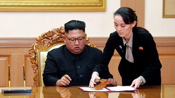 Лидер КНДР Ким Чен Ын и его сестра Ким Ё Чжон