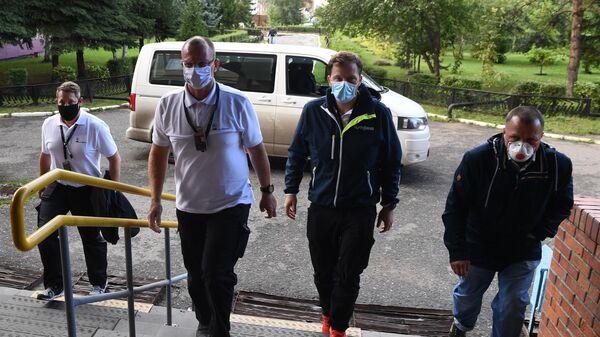 Немецкие врачи, прибывшие для транспортировки Алексея Навального в Германию, в Омской БСМП №1