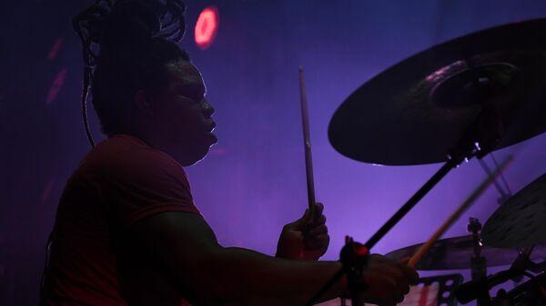 Участник коллектива Manka Groove Реиниер Родригез выступает на Международном музыкальном фестивале Koktebel Jazz Party - 2020 в Крыму