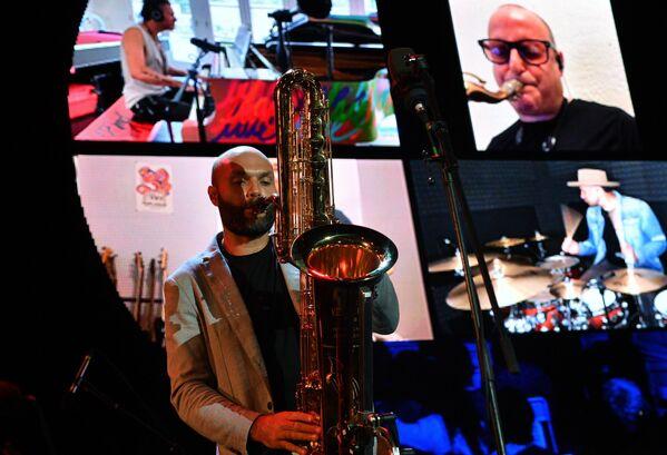 Музыканты во время  выступления на Международном музыкальном фестивале Koktebel Jazz Party в Крыму