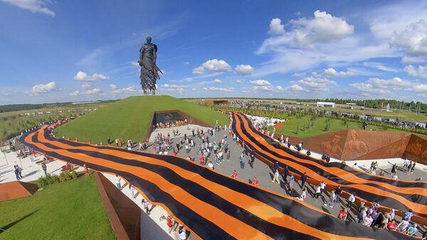 Самая большая в мире Георгиевская лента, развернутая у Ржевского мемориала