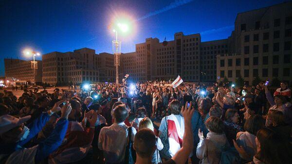 Участники мирной акции протеста на площади Независимости в Минске